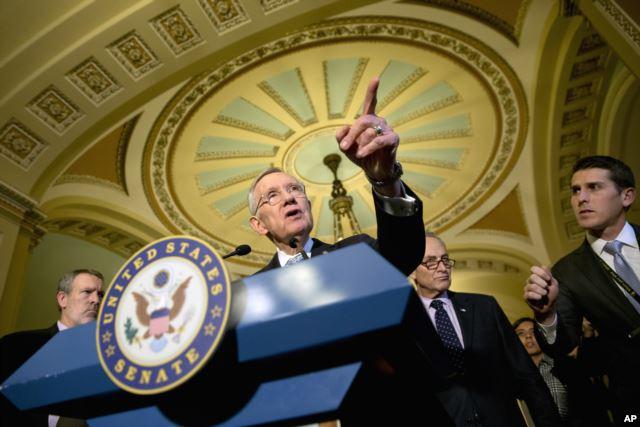 民主党联邦参议员里德在国会举行的记者会上发言。